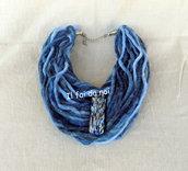 Collana Scaldacollo, lana sfumata blu e pietra