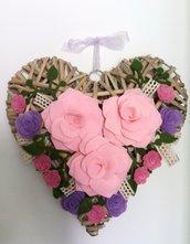 Ghirlanda fuoriporta con cuore in vimini e rose in feltro