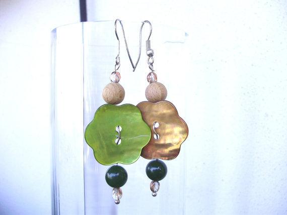Orecchini fatti a mano con bottone madreperla, perle in pietra dura, legno e cristalli, ganci argentati anallergici