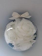 Sfera con glitter strass e rose, idea originale per un matrimonio natalizio