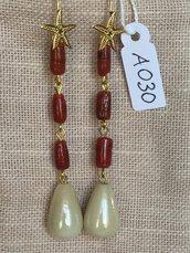 Orecchini con ganci in argento 925, corallo bambù, gocce in ceramica e stelle marine dorate.