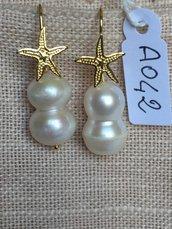 Orecchini con ganci in argento 925, perle double e stelle marine dorate.