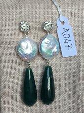 Orecchini con ganci in argento 925, perle di fiume e gocce in agata sfaccettata.