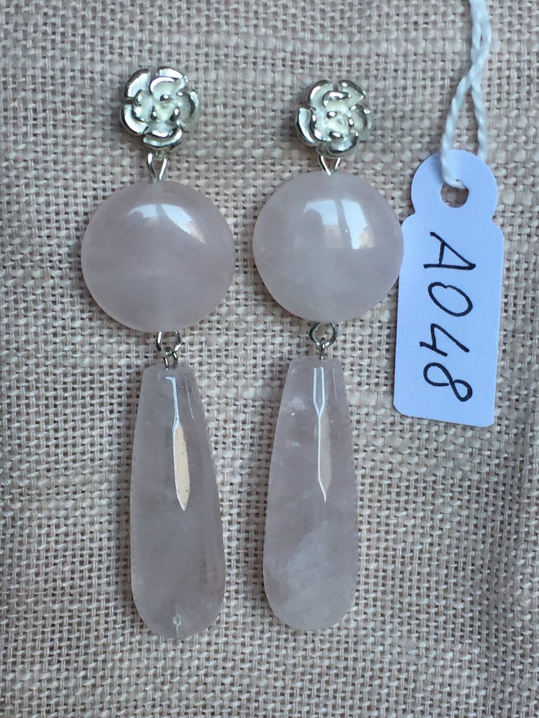 Orecchini con ganci in argento 925, tondi e ciondoli in quarzo rosa.