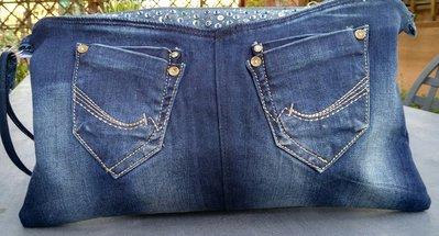 Pochette in jeans con paillettes.