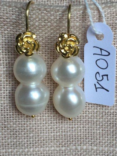 Orecchini con ganci in argento 925, perle double e fiorellini dorati.