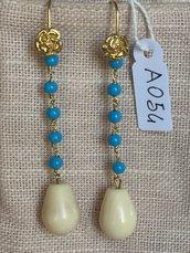 Orecchini con ganci in argento 925, perline in pasta di turchese e gocce.