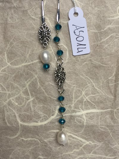 Orecchini con ganci anallergici nichel free, cristalli swarovski e due piccole perle naturali.