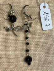 Orecchini con ganci anallergici nichel free, cristalli swarovski e ciondoli a forma di libellula.
