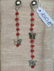 Orecchini con ganci anallergici nichel free, perline di agata corallo e ciondoli a forma di farfalla.