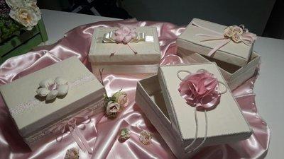 """Scatola contenitore portagioie """"la preziosa"""" , realizzata a mano, rivestita in  lino e decorata con pizzo, nastri, cordoncino  e fiori,"""