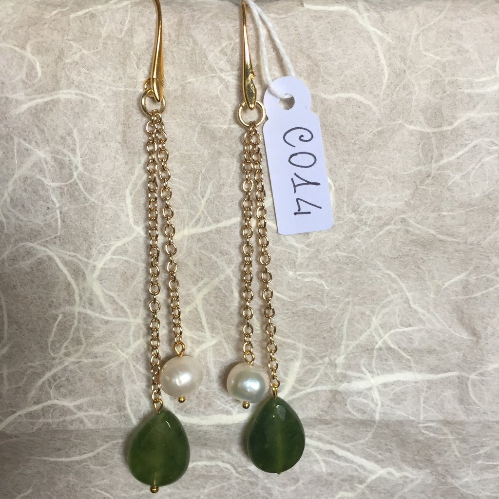 Orecchini con ganci anallergici nichel free, perle e gocce di peridoto.