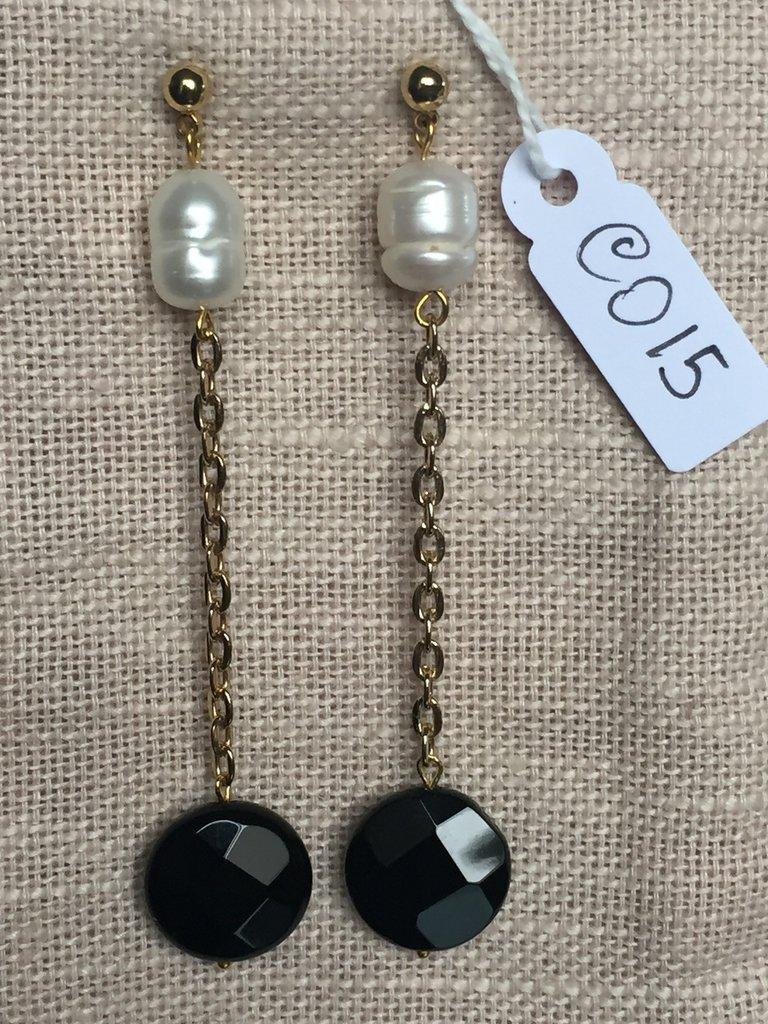 Orecchini con ganci anallergici nichel free, perle e ciondoli in onice sfaccettata.