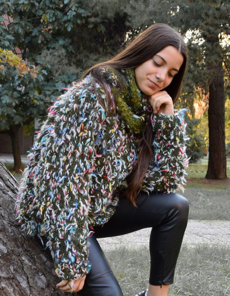 maglia lana verde  con ciuffi colorati