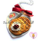 Collana Waffle - Piatto di waffle a forma di cuore - banane, fragole panna e ciliegie . kawaii