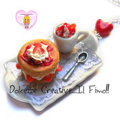 Collana Vassoio - Torta con panna e fragole e tazza di frullato con panna