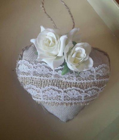 Decorazione natalizia, segnaposto a forma di cuore, rivestito in cotone naturale con applicazione in tessuto grezzo, merletto e fiori, fatto a mano.