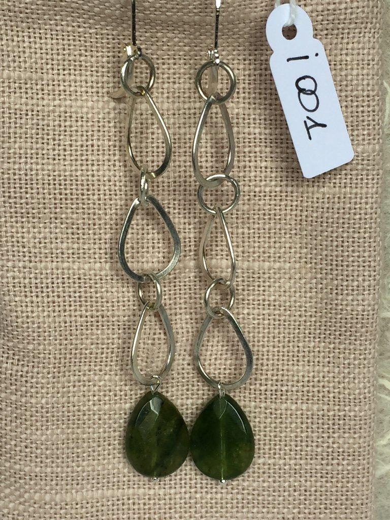 Orecchini con ganci anallergici nichel free, catena in argento 800 e gocce in peridoto.