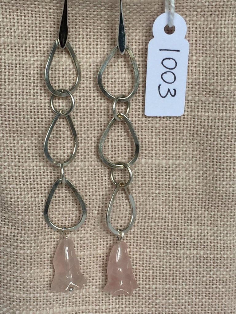 Orecchini con ganci anallergici nichel free, catena in argento 800 e gocce in quarzo rosa a forma di fiore.