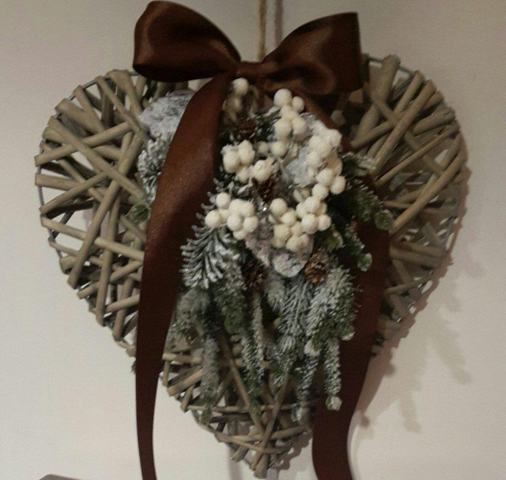 Addobbi natalizi, fiocco e cuore  in legno intrecciato, decorato con nastro in tessuto naturale e raso con perle e fiori in tessuto, fatto a mano