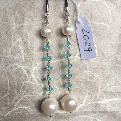 Orecchini con ganci anallergici, cristalli Swarovski e perle naturali.