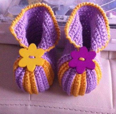 scarpette neonata all'uncinetto viola e giallo