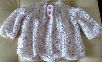 Coprifasce o giacchino per neonati realizzato a ferri
