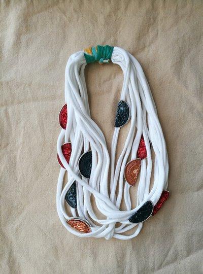 Collana bianca con capsule del caffè multicolor