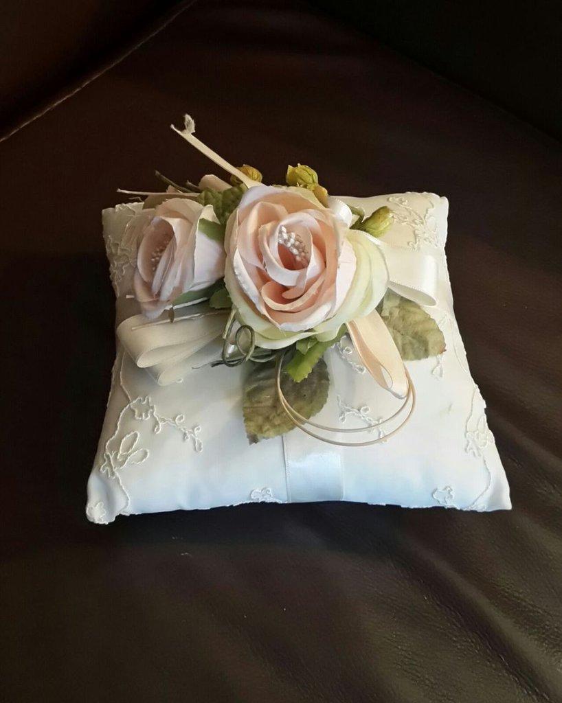 cuscino in tessuto decorato con fiori,fatto a mano