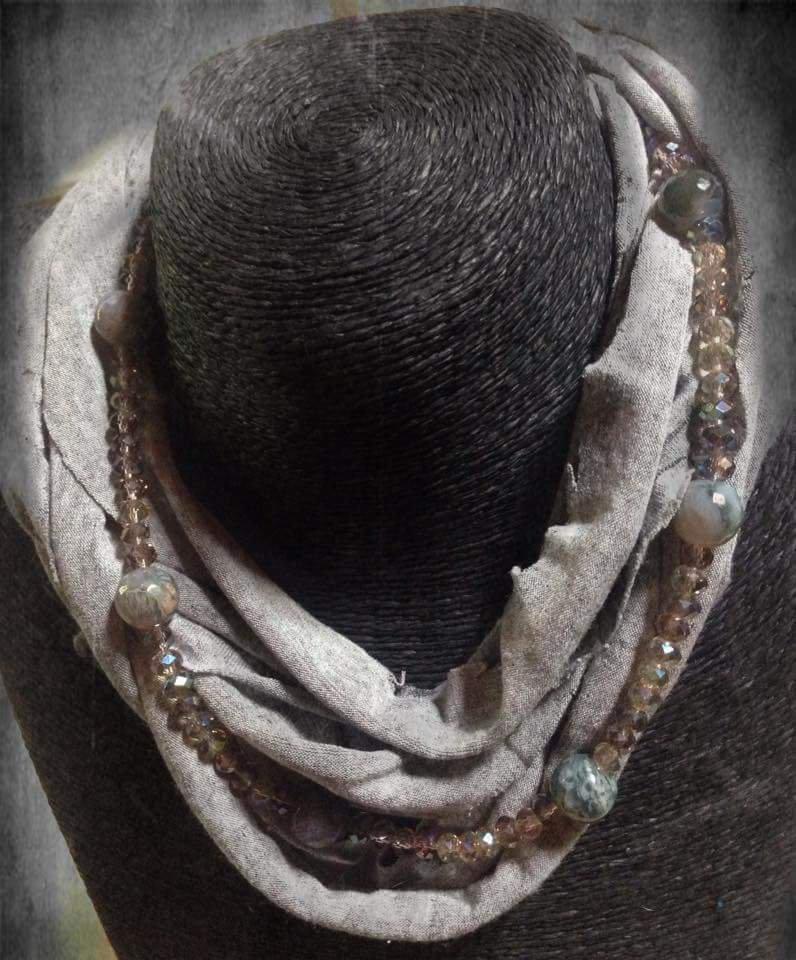 nuovo prodotto e86f5 43356 Collana/sciarpa di stoffa e perle