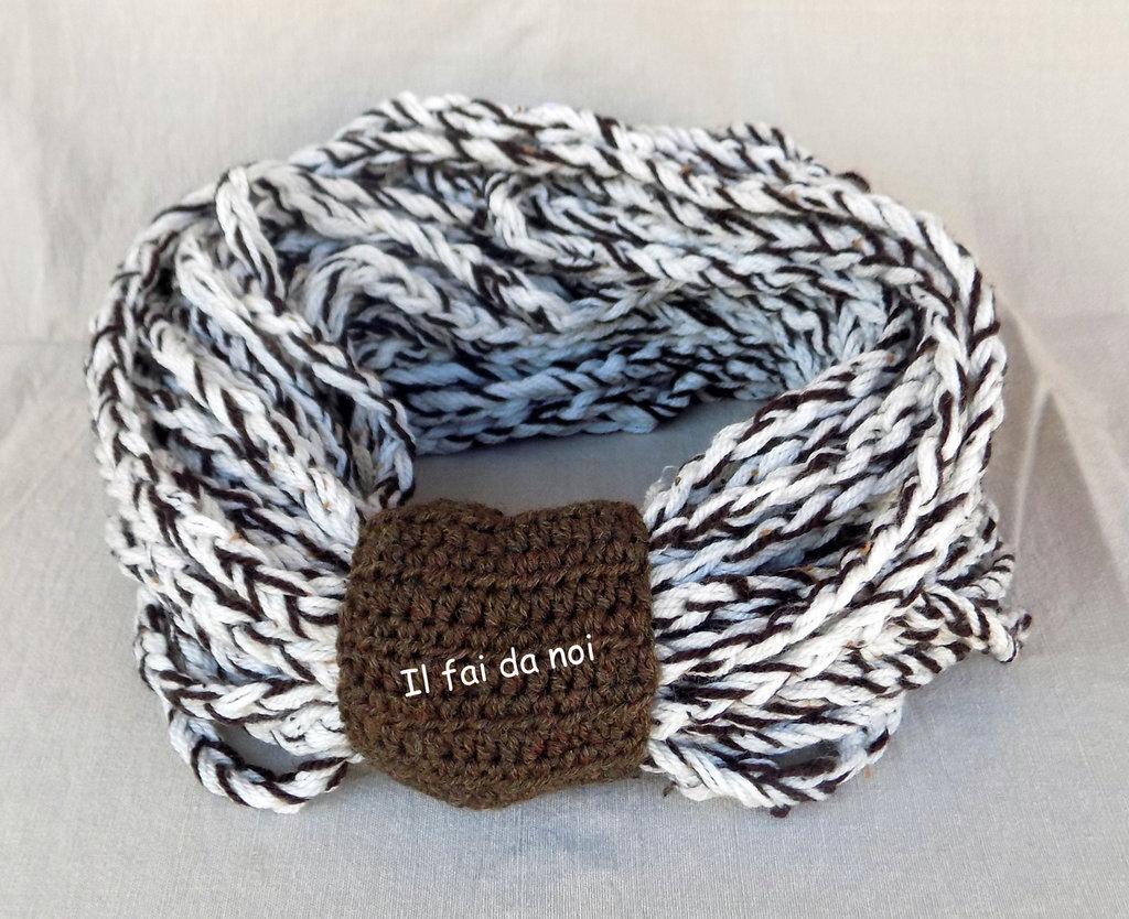 Scaldacollo in lana marrone e bianco