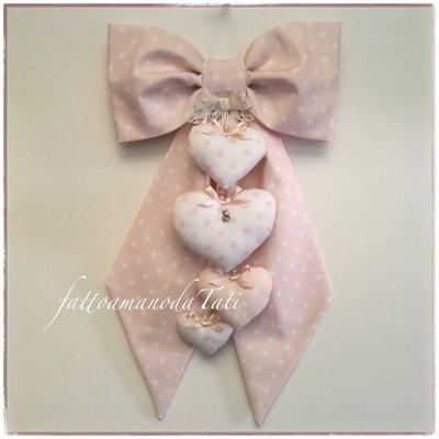 Fiocco nascita in cotone rosa pallido a pois bianchi con quattro cuori coordinati