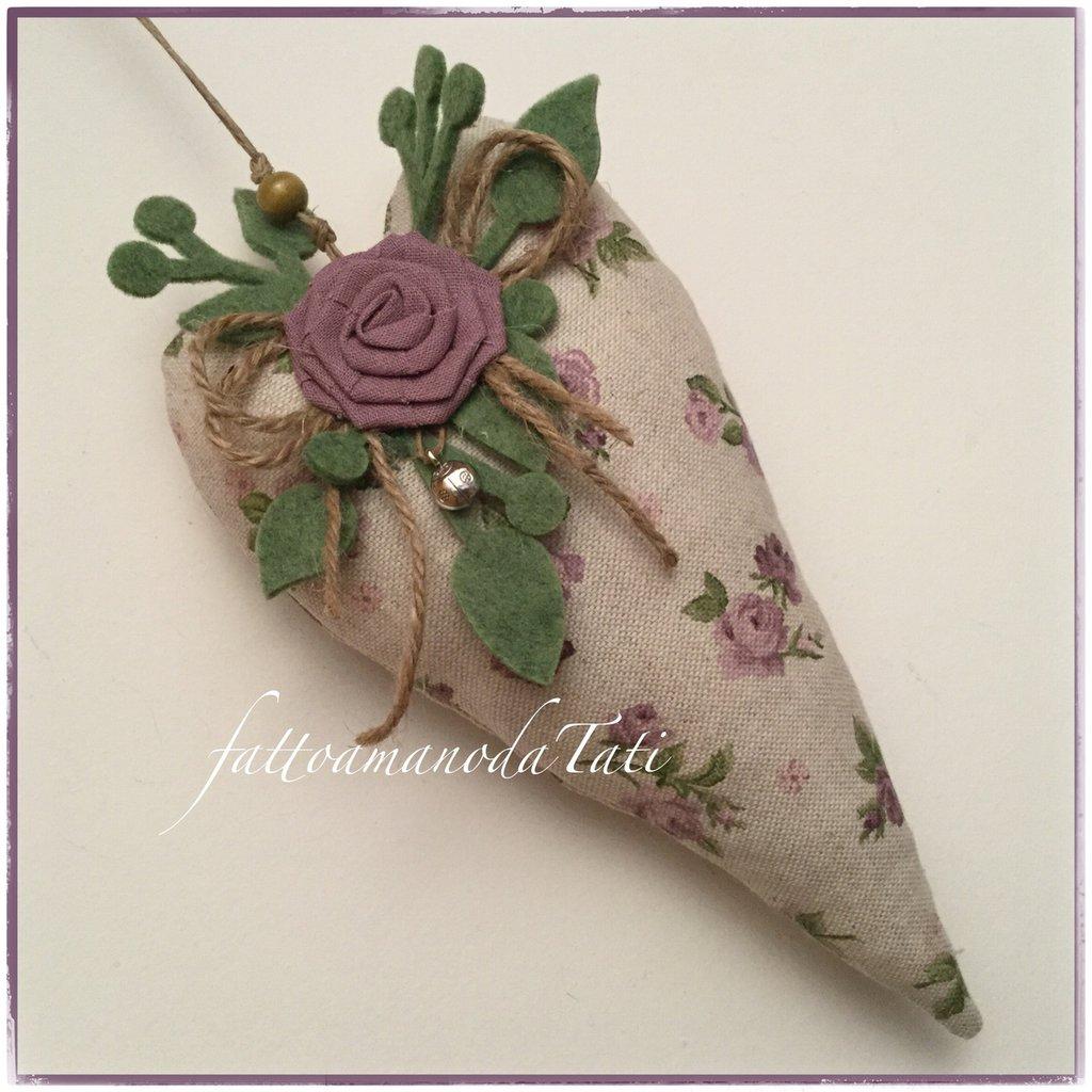 Cuore allungato imbottito in cotone ecrù a fiori lilla con rosa di lino lilla