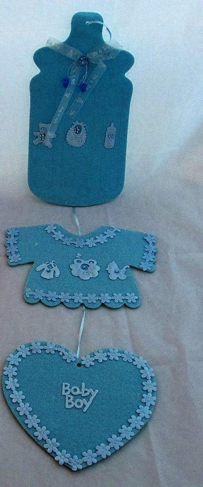 Fiocco nascita fuoriporta in feltro con biberon, maglietta e cuore celesti con decorazioni e strass
