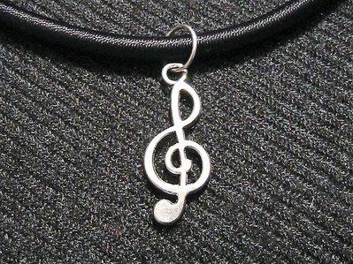 Collana in caucciù con chiave di violino in argento tibetano