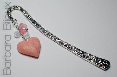 Segnalibro in argento antico con cuoricino rosa realizzato a mano in pasta polimerica e fiorellino e mezzi cristalli.