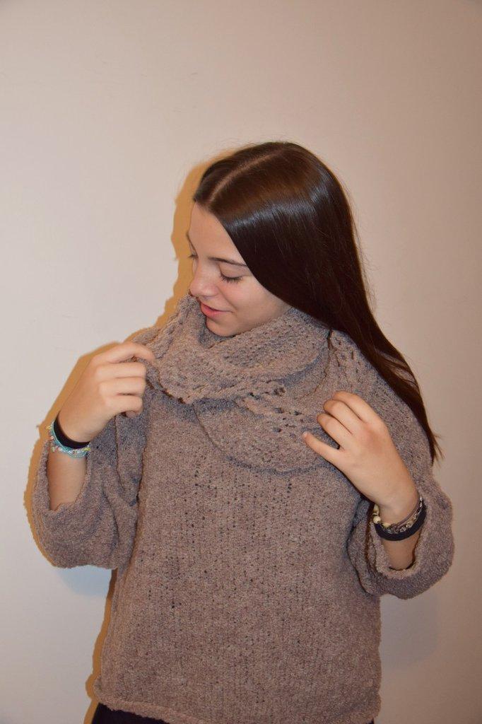 maglia beige con sciarpa-collana
