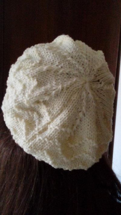 berretto bianco di lana lavorato ai ferri