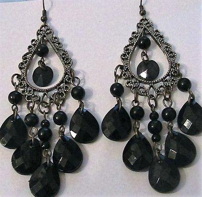 Orecchini chandelier con gocce nere