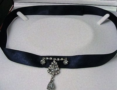 Collarino in raso blu con strass