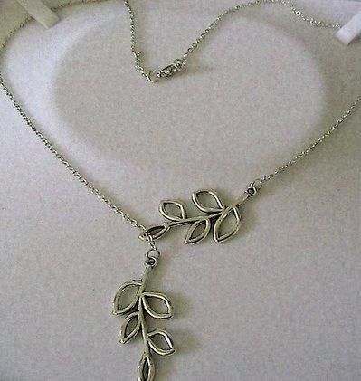 Collana girocollo con doppio ramo di foglie