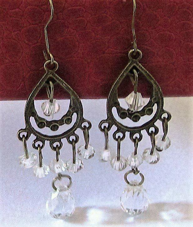 Orecchini chandelier con perle trasparenti in metallo color bronzo antichizzato