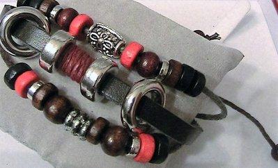 Bracciale in cuoio  a tre file con perline di legno e metallo