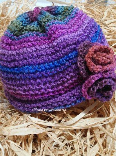 Cappello da donna in lana  con fiori a uncinetto