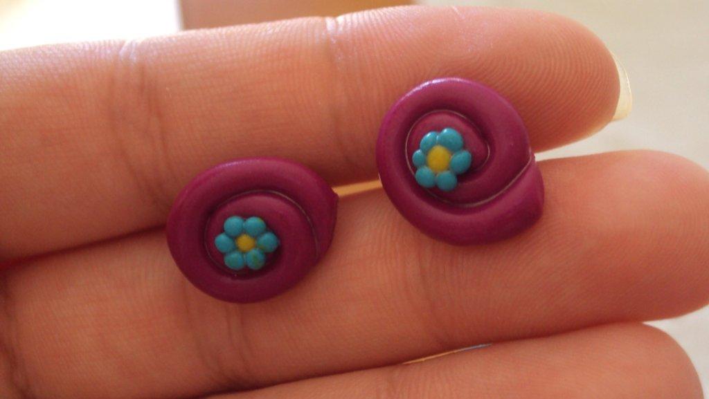 piccoli orecchini a perno in fimo di vari colori