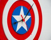 Orologio in legno Capitan America, interamente fatto a mano con la tecnica del traforo, con alcuni elementi posti in rilievo per la realizzazione finale dello scudo di Capitan America