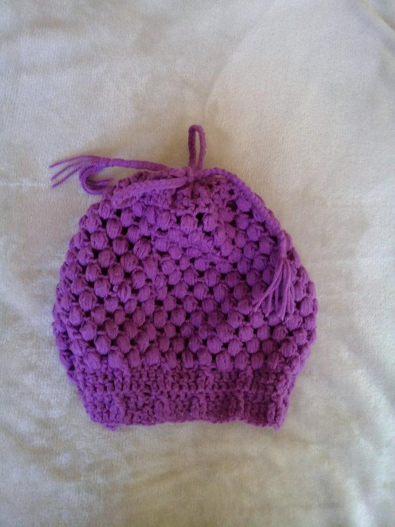 Cappello/Scaldacollo 2in1.. lavorato all'uncinetto punto puff stitch, filato acrilico color viola medio. Piccola corda treccia.