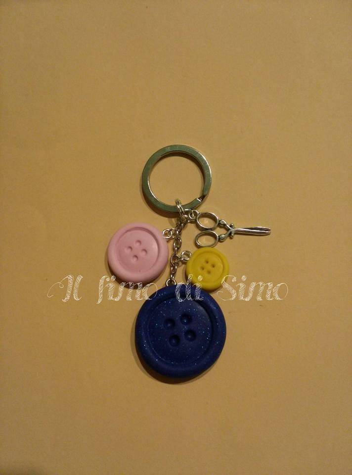 portachiavi tema cucito con bottoni in pasta polimerica