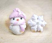 Orecchini a lobo omino di neve e fiocco  pupazzo rosa idea regalo natale fimo perno