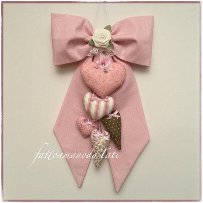 Fiocco nascita in cotone rosa a piccoli pois con rosa bianca e 5 cuori fantasia